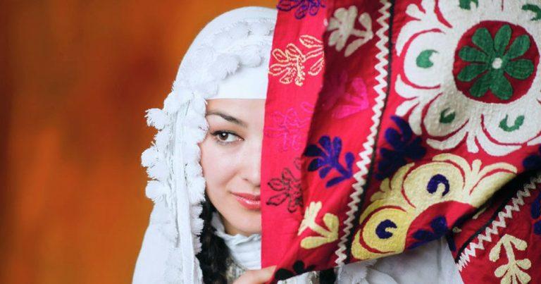Красивая таджикская девушка в чакан