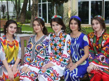 Таджикский чакан любят носить молодые девушки по праздникам