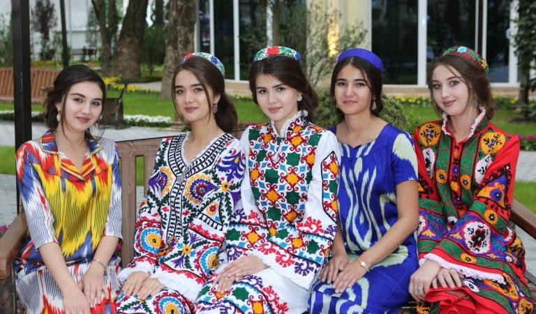Все фасоны хороши. Какие национальные платья надевают таджички весной?