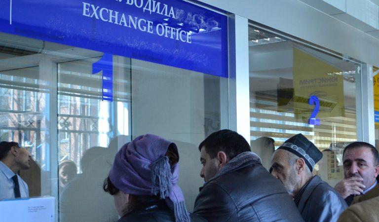 В Таджикистане доллар дешевеет, российский укрепляется. И все это на фоне роста цен на нефть