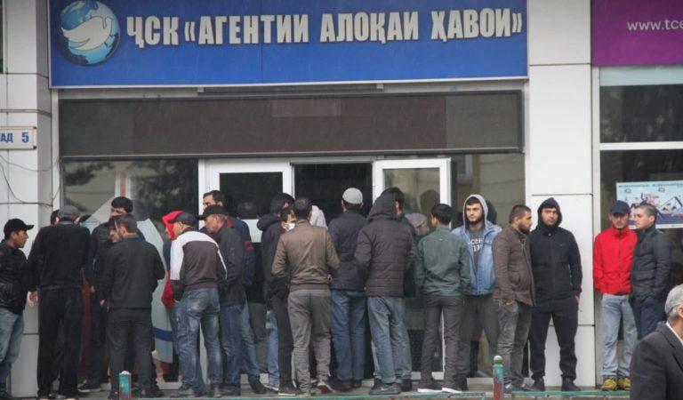 Нархи билетҳо маълум шуд. Мардум дар авиакасса мунтазири хариди билети Душанбе-Маскав ҳастанд