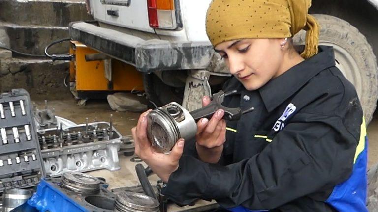 Как молодая девушка в горном районе Таджикистана чинит автомашины Видео