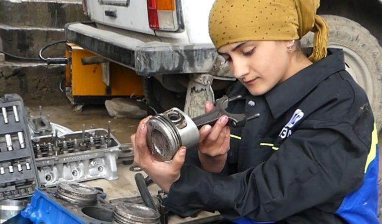 Как молодая девушка в горном районе Таджикистана чинит автомашины