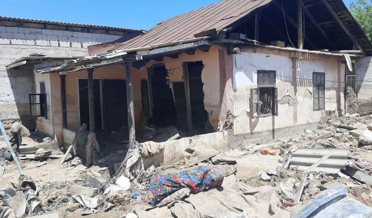 «Живем на улице, дышим вонью». Жители Куляба спешат избавиться от грязи и мусора, принесенных селем