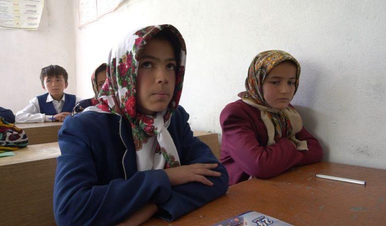 Школа из глины и камней. Жители дальнего кишлака Горной Матчи построили школу своими руками